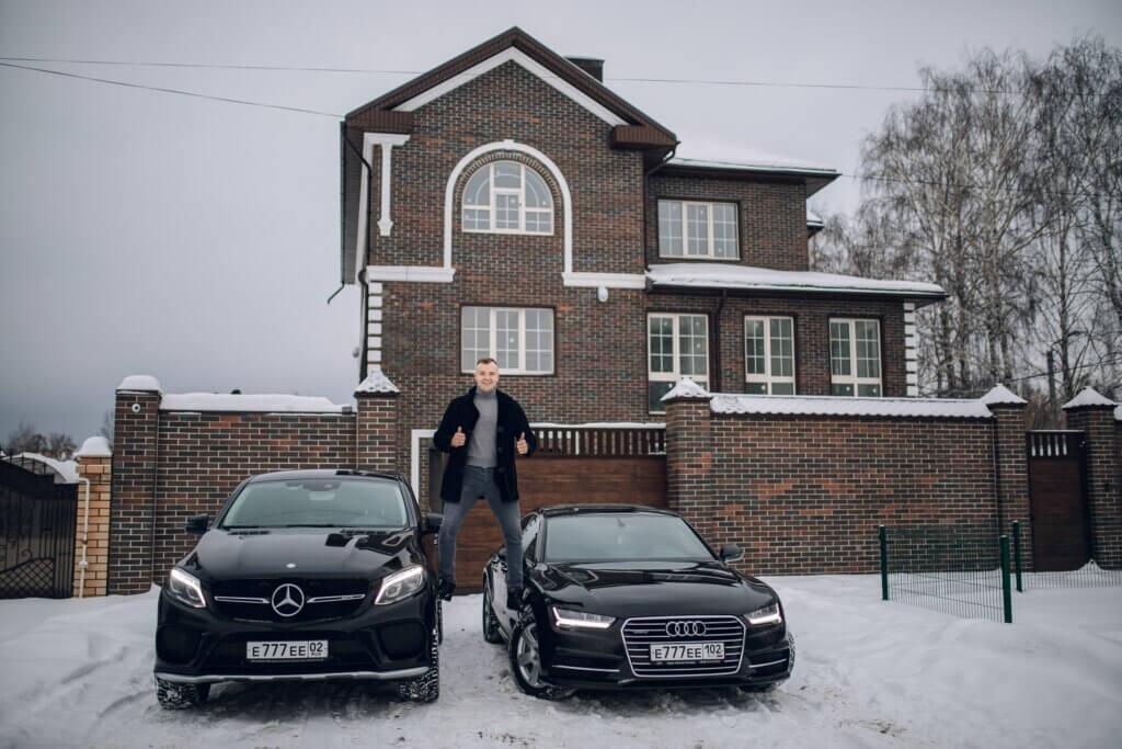Дмитрий Ладесов озле своего дома